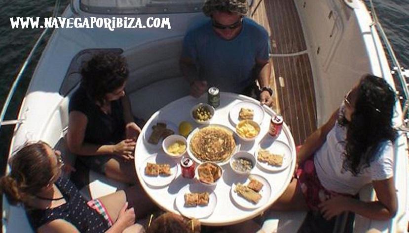 comer a bordo de un barco en ibiza